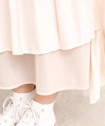 こちらのスカートにはレーヨンローンが使用されているので、微妙な光沢と軽さがあるのが特徴です。また、裏地付きなのも薄手の白スカートにとっては重要なポイント。透け感を気にせず着用できます。