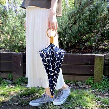 SUR MERの日傘は職人さんによるハンドメイドの日本製。顔周りが暗くなりすぎない、ほどよい透け感のある日傘です。