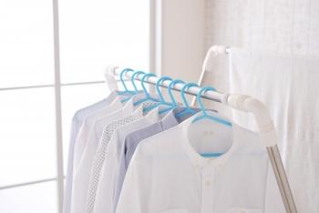 干す時の注意点は、なるべく直射日光に当てないようにすること。繊維が傷んで黄ばみの原因になることがあるため、陰干しや室内干しで乾かしましょう。