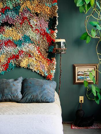 こちらはアーティスティックな色彩のモロッコラグをタペストリー風に飾っています。型にとらわれず自由な発想で楽しんでみましょう。