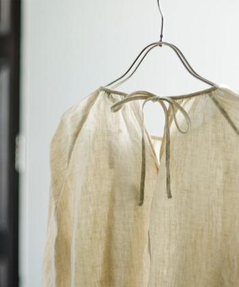 ただし、シルクやウールなどの動物性繊維、生成りの素材などは酸素系漂白剤に不向きだと言われています。これらの素材の白アイテムが黄ばんできたら、クリーニングに出すのが一番安心です。自己流の洗濯で風合いが損なわれないよう、十分お気を付け下さいね。
