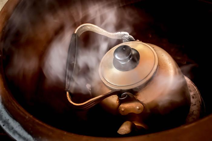 水道水を使う場合は、沸騰させた後も3分ほど沸かし続けてカルキ臭を抜くのがおすすめです。ミネラルウォーターを使う場合は、国産の軟水を使いましょう。外国産の硬水は緑茶に使用すると味に影響がでる場合があるのであまり向いていません。