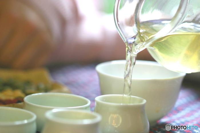 お茶を湯のみに入れる時は、量と味(濃さ)が均等になるように数回に分けて順番に注ぎます。湯のみの1番目、2番目と注いだら次は2番目、1番目と注ぎます。これをまわし注ぎといいます。最後の一滴まで残さないようにしましょう。