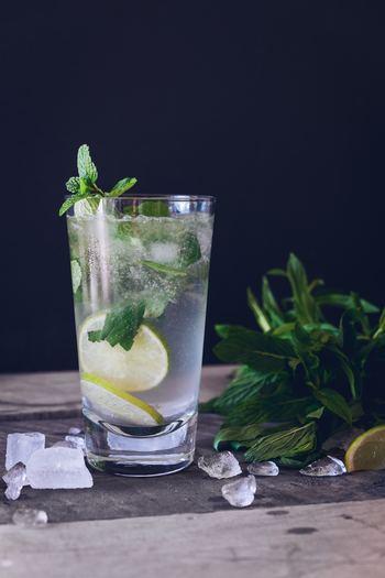 夏になると冷たい飲み物にばかり手を出してしまいがちですよね。これはやはり避けてほしいこと。冷たい飲み物は体内に入ると内臓を冷やし、新陳代謝を下げ血行を悪くするといわれています。内臓を冷やすことは血行や血液循環を悪くするだけでなく、腸が冷えれば便秘などにもなりがちです。