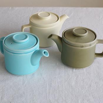 やさしい色合いとマットな質感が特徴のポット。こちらは日本の伝統工芸である萬古焼の4つの陶磁器メーカーが立ち上げたブランドのもの。注ぎ口が大きくお手入れがしやすいのもおすすめのポイントです。