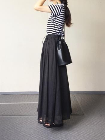 黒のロングスカートを白黒ボーダーのトップスでさわやかに。小物も黒で統一しているのに、重さを感じません。