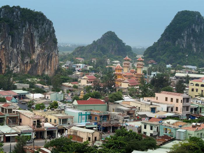 7、8月にベトナムを旅行するなら、国内で唯一乾季が続く中部エリアがベストです。ベトナム中部最大の都市「ダナン」を拠点にすれば、1泊2日のプチトリップも可能ですよ。成田とダナン間のフライトは直行便で約5時間半、時差は2時間です。