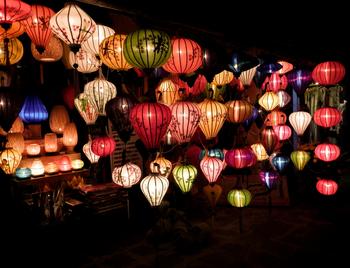 毎月14日に開催されるランタン祭り。昼間には、町全体にランタンが飾られレトロな雰囲気を楽しめますが、夕方になると町全体の電灯が消され、月明りとランタンの灯りだけになります。幻想的なムードが広がり、まるでタイムトラベルをしたかのような異空間を楽しめます。