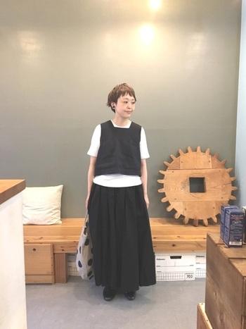 黒のロングスカートに、白Tシャツ&黒ベストを重ね着。白のTシャツが黒の重さをうまく中和してくれています。ドット柄のバッグをポイントに。
