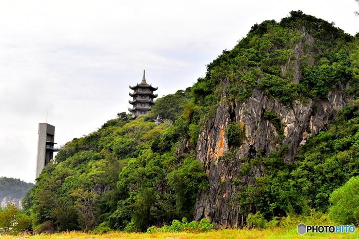 ダナン郊外にある「五行山」は、大理石でできた山のため、別名マーブルーマウンテンとも呼ばれています。展望台からダナン市街を一望できる人気の観光スポット。山を登ると、自然により創り出された岩々や洞窟に、中国式寺院や巨大な仏像が見られます。歴史や自然の力が織り成す、神秘的なスポットです。五行山では、気温が高く暑い中、急な斜面や階段を登っていくので、できれば午前中に訪れることをおすすめします。また、ダナンとホイアンの中間に位置しているので、ホイアンへ向かう途中に立ち寄ってもいいですね。