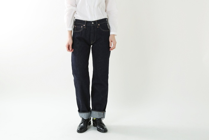 """シルエットが美しいデニムパンツは大人カジュアルのマストアイテム。自分に合った一本はスタイリングの心強い見方になってくれます!  ほどよくゆとりのある女性らしいシルエットが魅力の「LENO(リノ)」の5ポケットジーンズ。ものづくりの""""旧き良き要素""""を大切にするLENOのデニムは、一般的な加工を施さない「生機(きばた)デニム」。洗っては縮み、着ては伸びを繰り返す事で、どんどん着る人の体に馴染んだシルエットへと変化していきます。"""