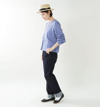 裾に向かって少しだけ細くなるテーパードタイプなので全体のバランスも綺麗。Tシャツ×スニーカーのラフなスタイルはもちろん、ブラウス×レザーシューズといったきれいめカジュアルも得意です。