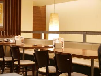 店内はすっきりとしていて、和紙を用いた照明が印象的。テーブル席の他、カウンター席もあります。