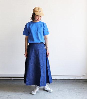 2017年にスタートしたばかりのデニムをメインに展開するブランド「WESTOVERALL(ウエストオーバーオールズ)」の一枚。裾にかけて綺麗に広がるAラインのシルエットと、波打つようなドレープ感がポイントです。Tシャツはもちろん、ボーダーシャツやキレイめブラウスなど色々な組合せを楽しんでみて。