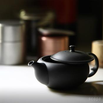 最初に淹れたお茶を一煎目、もう一度お湯を注いで淹れるお茶を二煎目と言います。この二煎目をおいしく淹れるためには、一煎目のお茶を最後の一滴まで出し切り、急須のふたを開けて蒸らさないようにしておきます。一煎目より少し高温のお湯を注いだら、あまり時間をおかずに注ぎましょう。