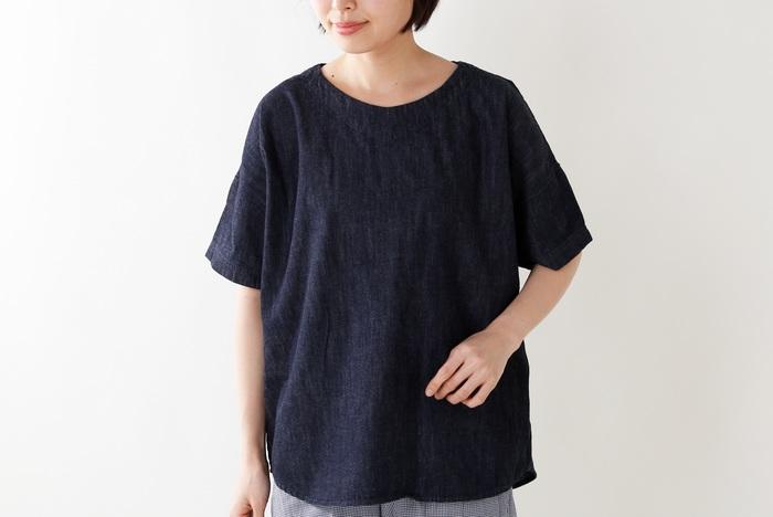 トップスにデニム素材をもってくるのも個性があって素敵。素材の良さを活かしたシンプルなデザインがおすすめです。  こちらは、サラっとした質感が心地よいデニムのTシャツ。すっきりとしたネックラインとリラックス感のあるドルマンスリーブで、デニムTシャツでも女性らしい着こなしが叶います。やわらかくて心地よい肌触りは、これからの季節にぴったり。
