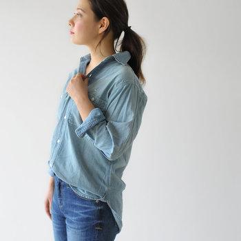 飾らない日常着を提案する「Luv our days(ラブアワーデイズ)」のデニムシャツ。ビッグシルエットなのに着てみると上品で女性らしい雰囲気を演出できます。綿麻の薄手デニム素材で、とても軽い着心地です。