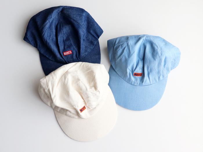 デニム素材の帽子は、シンプルコーデやユニセックスなスタイリングの仕上げに大活躍。デザインによって雰囲気もガラッと変わります。  こちらは「WESTOVERALL(ウエストオーバーオールズ)」の男女兼用デニムキャップ。フロントに小さく入ったロゴが可愛い。