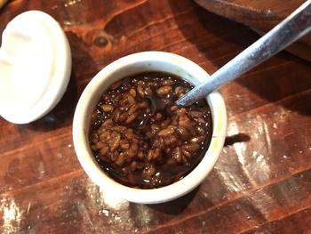 とろみが出てきて、麹の香りがしてきたら完成です。見極め方としては、指で簡単に潰せるかどうかを目安にしましょう。