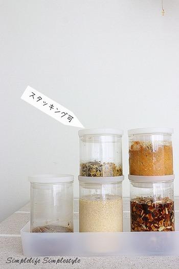 乾物や粉もの、常備菜などの保存に重宝する、スタッキング可能な耐熱ガラス製の保存容器です。丸型、角形、ホーロー製のシリーズはモジュールが統一されているため、重ねたり並べたりしても無駄な隙間ができず、収納スペースを有効に使えます。