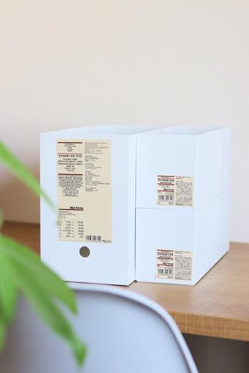 収納上手さん御用達のポリプロピレンファイルボックスは、ファイル収納という枠を超え、家じゅうのいたるところで多用途に使えるすぐれもの。軽くて丈夫な素材で、幅広のワイドサイズ、高さが半分のハーフサイズなど、収納したいもの、収納したい場所に合わせて選べます。