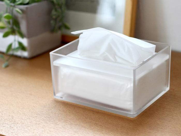 一般的なボックスティシューの半分の大きさの、卓上用ティシューボックス。残量は見せつつ生活感は見せないという、絶妙な半透明のすりガラス状です。コンパクトなサイズ感は省スペースで、ちょっと拭くのにも使いすぎずエコなのもいいですね。