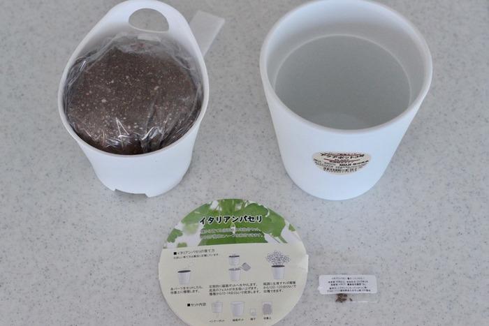 水やりが簡単な底面吸水鉢のハーブ栽培セット。アクアポットの鉢は二重になっており、土を入れる内側の鉢底には吸水ヒモが付いていて、水が溜まった外側の鉢から吸い上げる仕組みです。初心者の方や、水やりでいつも失敗してしまうという方も安心して始められますね。