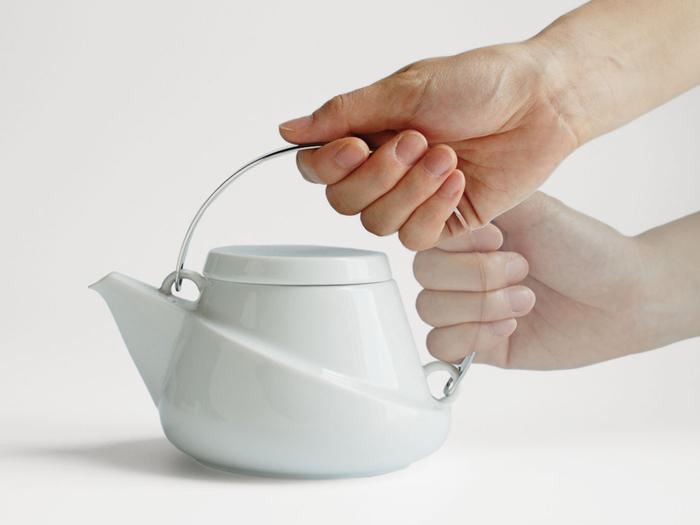 真っ白な陶器のボディにステンレス製の取っ手が洗練された印象のデザインです。この取っ手はお茶が注ぎやすいように設置されていて、手首の負担も軽減します。まさにデザイン性と機能性が両立したポット。