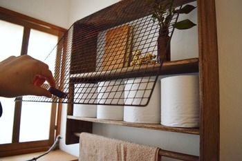 トイレットペーパーの置き所に困ったら、DIYで作ってしまいましょう!特にカットする必要もない、セリア材料を組み立てるだけでつくれる簡単な収納棚をご紹介します♪