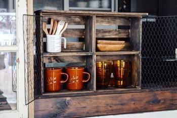 セリアグッズでグラスやマグカップ、カトラリーなどを収納できるカフェ風インテリアもDIYしちゃいましょう!