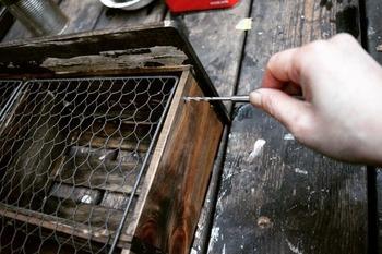 ボンドやビスで木箱を固定して、ワトコオイルで塗装を施せば味のあるキッチン収納棚が完成!