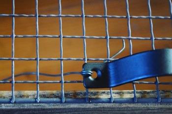 取っ手は焼き網の真ん中にワイヤーで取り付けて、最後に三角フックなどの金具を取り付ければ完成!焼き網もブラックで塗装すればアンティーク感がアップしますよ。