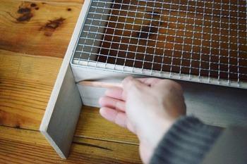 焼き網が扉になるため、それに合わせて木材を配置してビスで取り付け、自分の好きなステインでペイントしていきます。