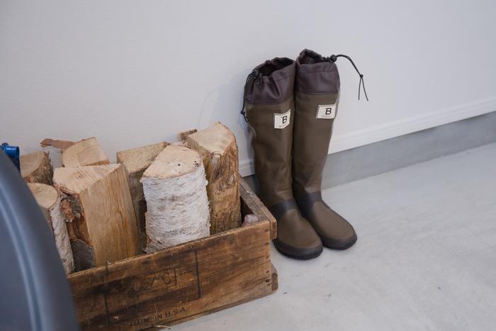 ひざ下まであるロングタイプは、雨をしっかりと防いでくれます。収納場所を取るのが気になる場合は、筒部分が折り畳めるタイプがおすすめです。