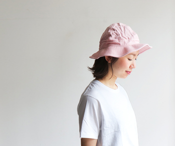 「orslow(オアスロウ)」の定番ハット・US NAVY HATを、ヒッコリーデザインに仕上げた大人カジュアルな帽子。浅めに被れるシルエットになっているので、男女問わずユニセックスに使えるのもポイント。カップルや夫婦でお揃いを楽しむのも素敵ですね♪