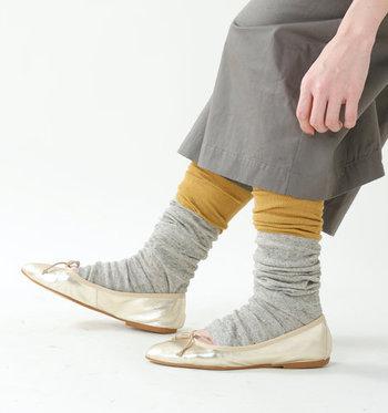 腕だけでなく、脚にも使えるのが大きな魅力。綿麻素材を使用して作られているので、汗をしっかり吸収し、蒸れにくいのも女性にとっては嬉しいポイントですよね。