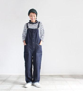 「着る人の日常を豊かにする服」がコンセプトの「HARVESTY(ハーベスティ)」のオーバーオール。一般的なデニムよりもやや軽めな生地感で、ワンウォッシュを施したインディゴカラーです。
