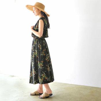 季節感のある花柄が華やかな、黒のノースリーブワンピース。ウエストにギャザーが入ったワンピースは、ブラウジングも簡単にできるので、一枚で着るだけでセットアップ風コーデに見せることも可能です。