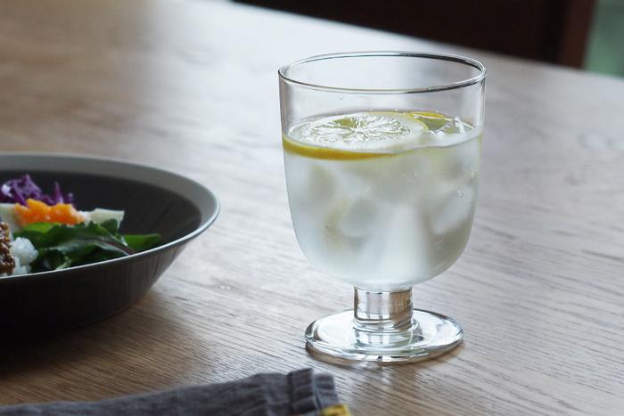 ■イッタラ レンピ グラス ワイングラスのような脚付きグラス。たっぷり注いでも短く太めの脚なので、安定感抜群で倒れにくいデザインです。「普段の生活にも、特別なセレモニーにも使えるグラス」をコンセプトにつくられているグラスは、家族用にも、おもてなし用にも活躍してくれます。飲み物を注ぐだけでなく、デザートの器として使っても素敵です。