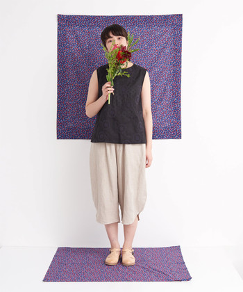 さりげない小花柄の刺繍が、フレンチシックなイメージを与える黒のノースリーブトップス。ベージュの半端丈パンツと合わせれば、ラフでナチュラルなリラックススタイルの完成です。お出かけ時には柄物の羽織をプラスして、トレンド感をアップ♪