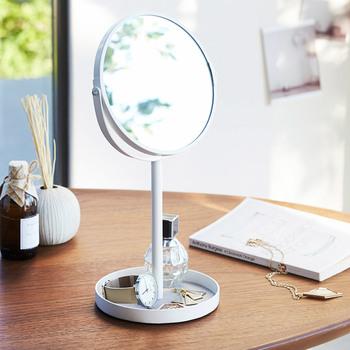 小物入れと鏡がセットになったアイテムなら、ますます身支度がスムーズに♪ わざわざ鏡の前に移動しなくても、ミラー付きのトレーならすぐにチェックもできちゃいます。仕事場にも置いておいても、急な来客時などにも鏡でチェックできるので便利です。