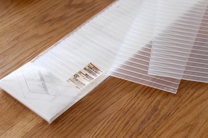 収納ケースや引き出しの中を仕切るおなじみのアイテム、仕切り板。無印良品の仕切り板の特徴は、その強度です。しっかりとした作りで、無印良品の収納ケースにぴったりフィットするのもメリットの一つです。