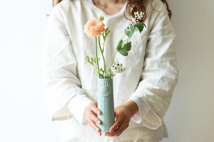 毎日、一輪でもいいから花に触れる生活を。大層なものじゃなくていいのです。小さな花でもいいから、旬のものを。お気に入りの花瓶に飾って、いつも目に触れる場所に置いて。そんな些細なことが、心の栄養になるのです。