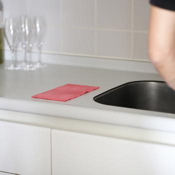 お掃除や台拭きに使うほか、食器の水切りとして使っても。レッド、イエロー、ブルーの明るい3色展開です。