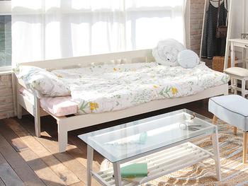 白枠のベッドに花柄の寝具が女の子らしく、かわいらしい寝室にコーディネートされています。白の家具で統一感を出している点も、女の子のハートを鷲掴みするポイントです♪