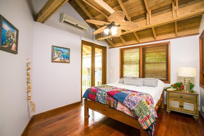カントリー風の寝室にするなら、この画像のようにパッチワークのブランケットをベッドカバーとして活用するのもおすすめです。ベッドサイドにあるサイドテーブルと間接照明もおしゃれですよね。