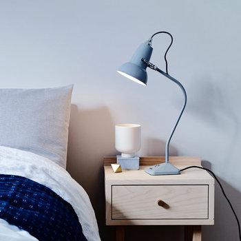 とてもシンプルなデザインだけに、どんな寝室のコーディネートにも合わせられます。間接照明は、色やデザインもバリエーションがあるので、お好きなものをベッド脇に置いてみてはいかがでしょうか?