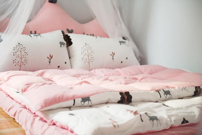 ピンクが好きな女子におすすめなのがピンク×白のカラーコーディネートです。ピンクは見ているだけでも幸せな気持ちになれるような色ですよね。寝室に取り入れてみるだけでも、女の子らしいかわいらしい寝室になるはずです。