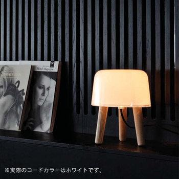 温かみある木製の三脚に丸みがある、こんなかわいらしい間接照明を寝室に置くのもおすすめです。置いておくだけでも、インテリアになります。また、柔らかな灯りが眠気を誘ってくれるかもしれませんね。