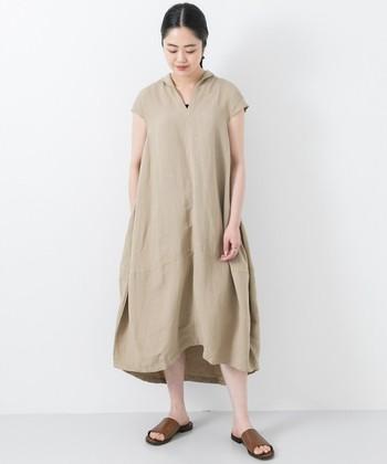 存在感のあるコクーンシルエットのワンピースです。小さな袖付きデザインは1枚で着やすく、またカーディガンなどを羽織っても腕周りがもたつかないので着回しやすさ抜群。
